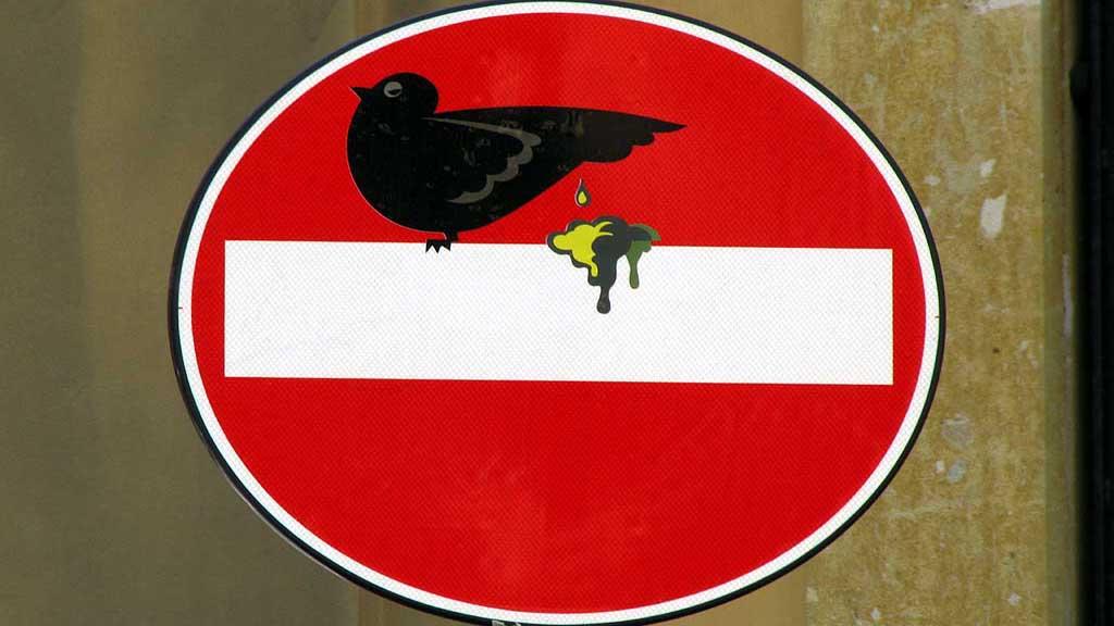 foto cartello stradale modificato da Clet Abraham