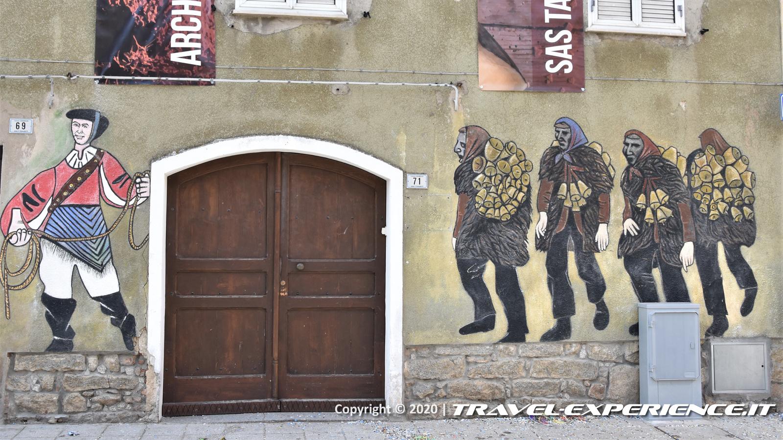 Murale dei Mamuthones con Issohadore a Mamoiada