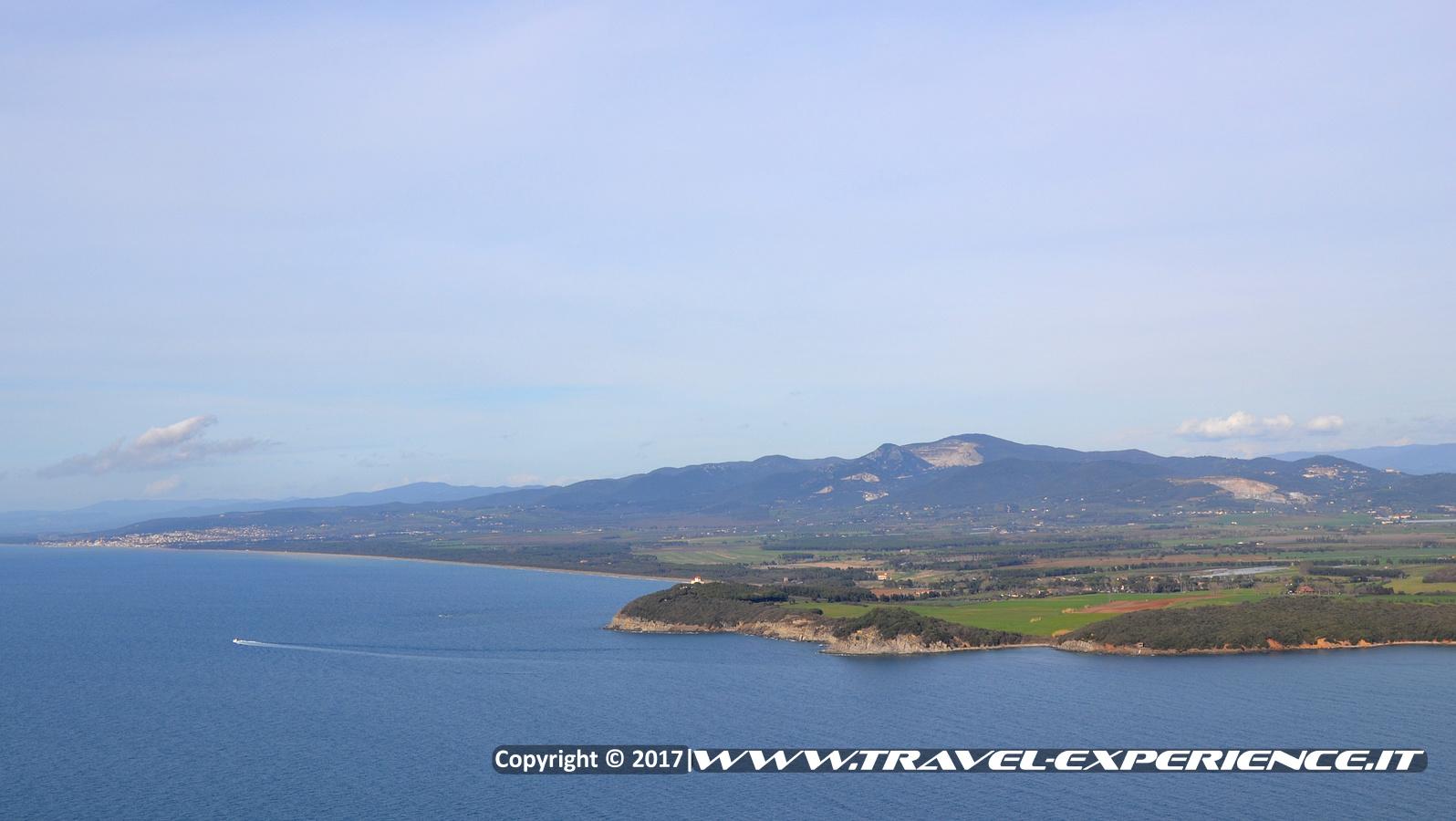 foto golfo di Baratti visto dall'alto della torre della rocca di Populonia