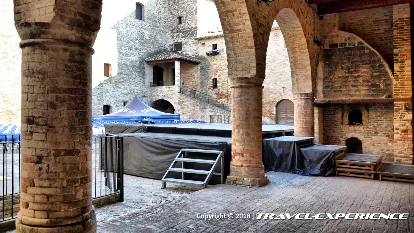 Foto cortile castello della Rancia