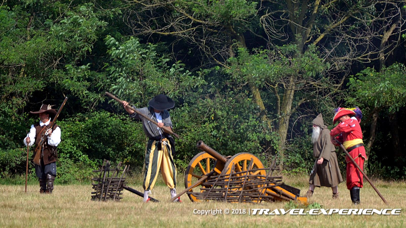 foto battaglia di Tornavento: un soldato spagnolo ricarica un cannone