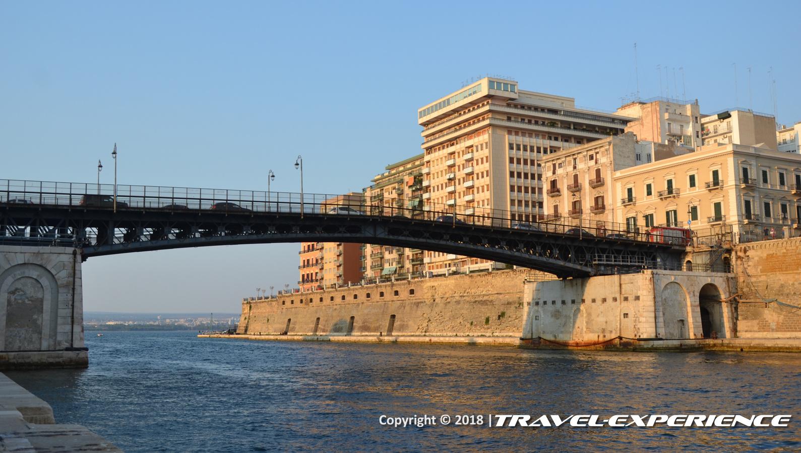 foto ponte girevole di Taranto visto dai piedi del Castel Sant'Angelo, il Castello Aragonese di Taranto