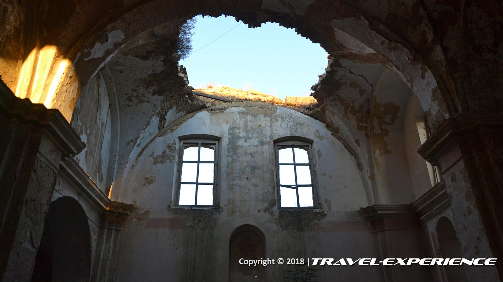 foto interno chiesa di Craco