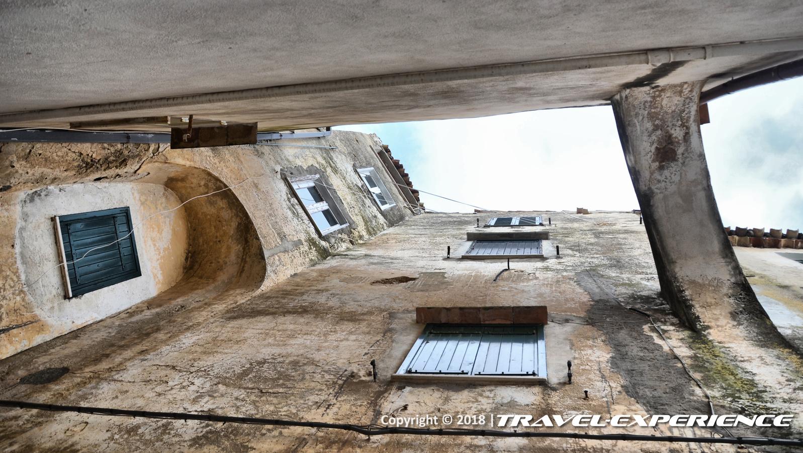 foto vicolo Sperlonga visto dal basso verso l'alto