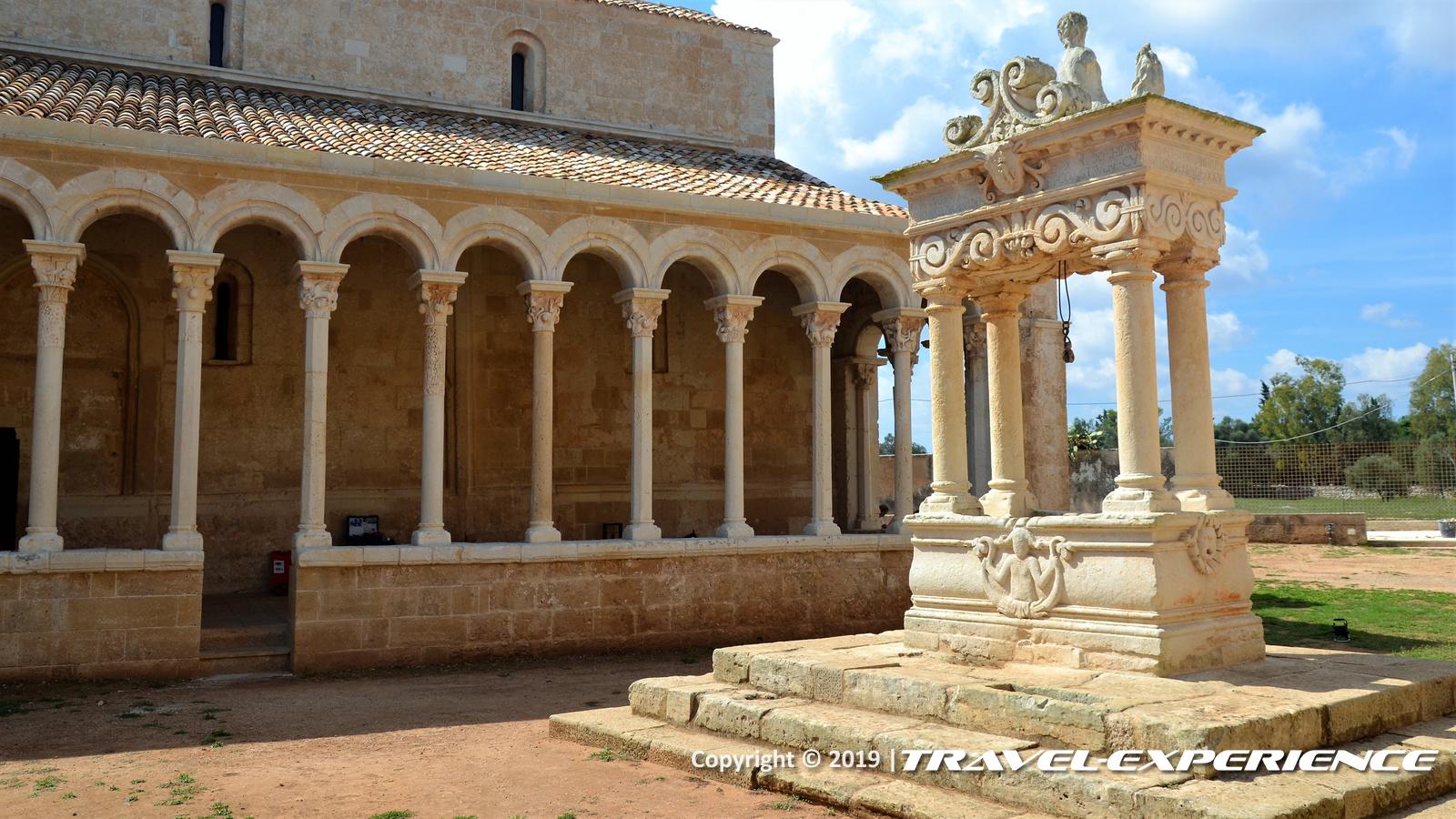 Cortile dell'Abbazia di Cerrate con pozzo e portico