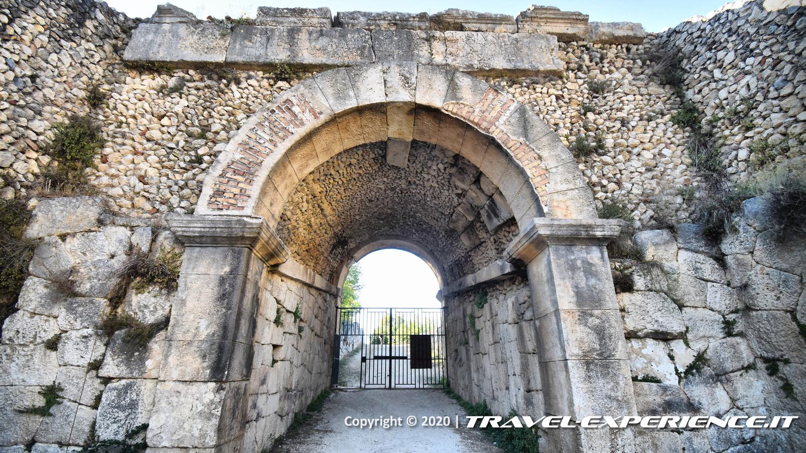 Portale dell'anfiteatro di Alba Fucens