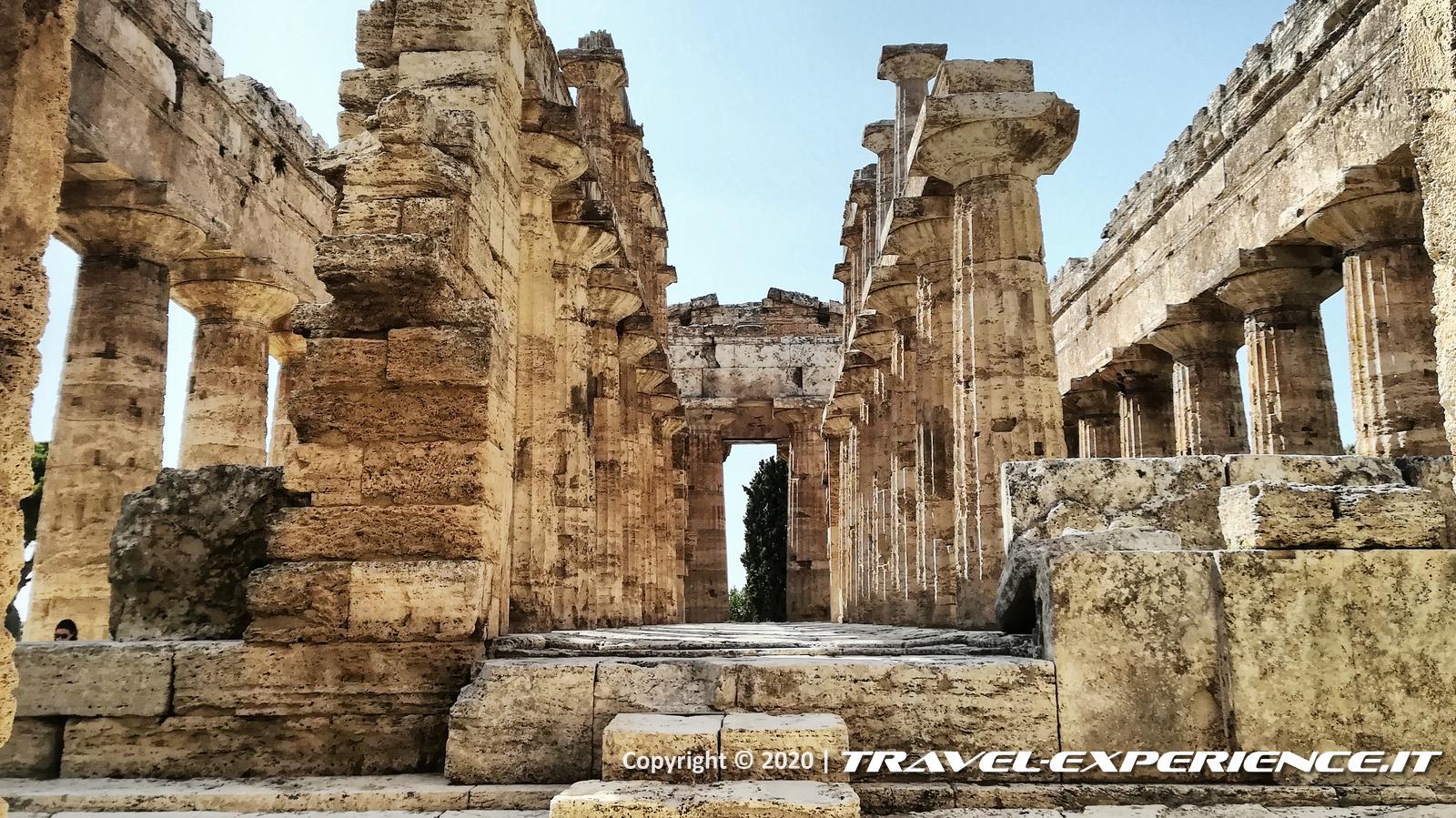 Naos del tempio di Nettuno nel parco archeologico di Paestum