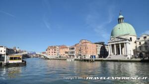 A destra si vede la cupola della Chiesa di San Simeon Piccolo di Venezia, di fronte all'imbarcadero di Santa Lucia